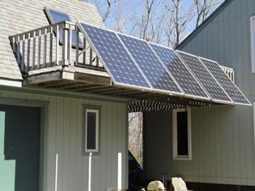 خانه ای که در بالکن آن پنل خورشیدی نصب است