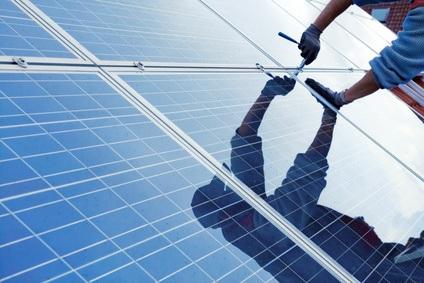 مردی در حال نصب پنل خورشیدی